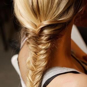 la treccia a spina di pesce,treccia a spina di pesce,treccia,capelli,acconciature,acconciature mare,