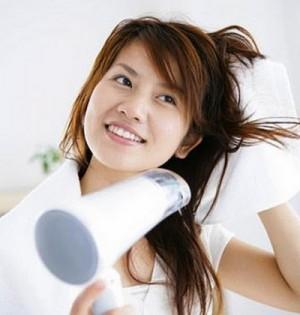 come combattere i capelli crespi e sfibrati,capelli crespi,cura capelli,capelli secchi,cure naturali per capelli crespi,come nutrire i capelli,come lavare i capelli,come asciugare i capelli,